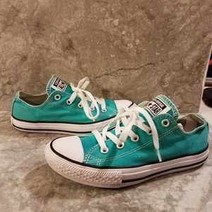 Converse Youth Sz 2 Canvas Sneaker